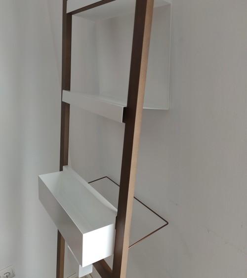 Estantería en madera con accesorios lacados blancos.