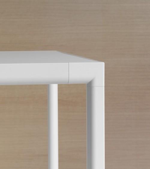Mesa Sui detalle unión estructura lacada blanca y tapa lacada blanca. Inclass